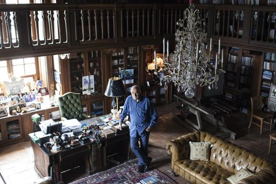 """Nablus, Cisgiordania, 10 aprile 2015. Munib al-Masri (81) nella sua villa in stile palladiano che ha costruito tra il 1998 e il 2000 e che ha battezzato  """"La casa della Palestina""""."""